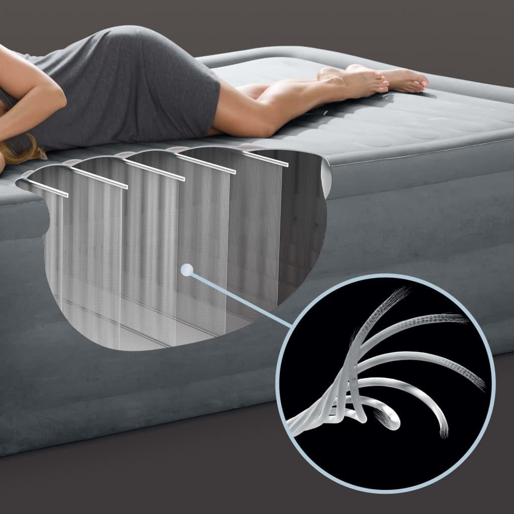 zračni krevet sam se napuhuje i možete jednostavno podesiti tvrdoću madraca. Zahvaljujući rubovima ispunjenim zrakom oko dna