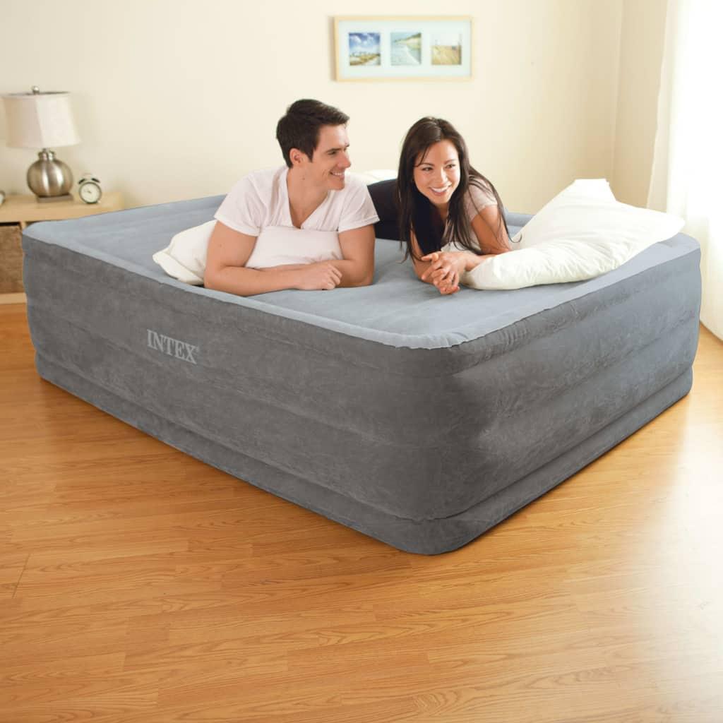 Ova iznimno visoki Intexov zračni krevet Comfort Plush High Rise Queen 64418 s ugrađenom električnom crpkom znatno je snažniji