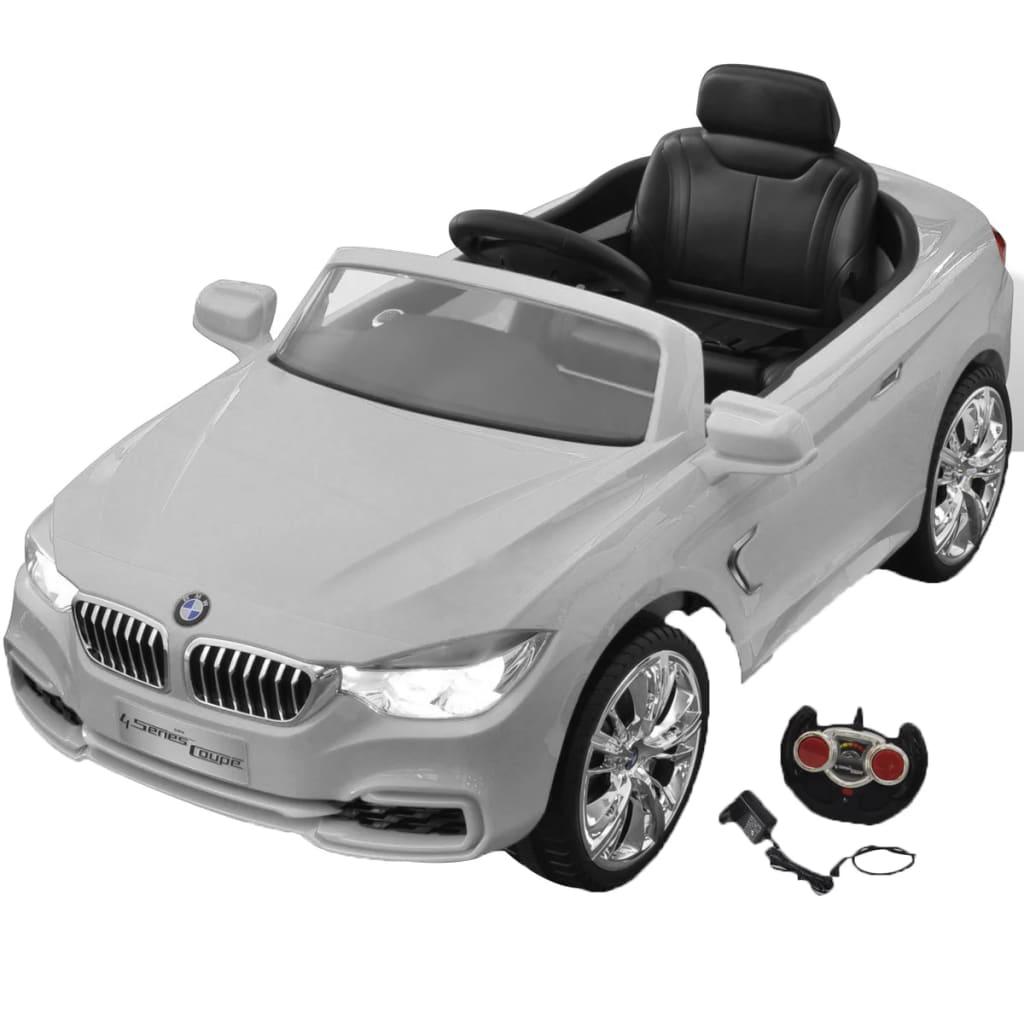 Ovaj autić na baterije u dizajnu BMW je sigurna igračka za djecu. Autić reproducira 6 pjesma koje su aktivirane tipkama na upravljaču. Može čak i reproducirati glazbu spajanjem MP3 uređaja ili mobitela. Autić ima također zvuk motora i može čak trubiti