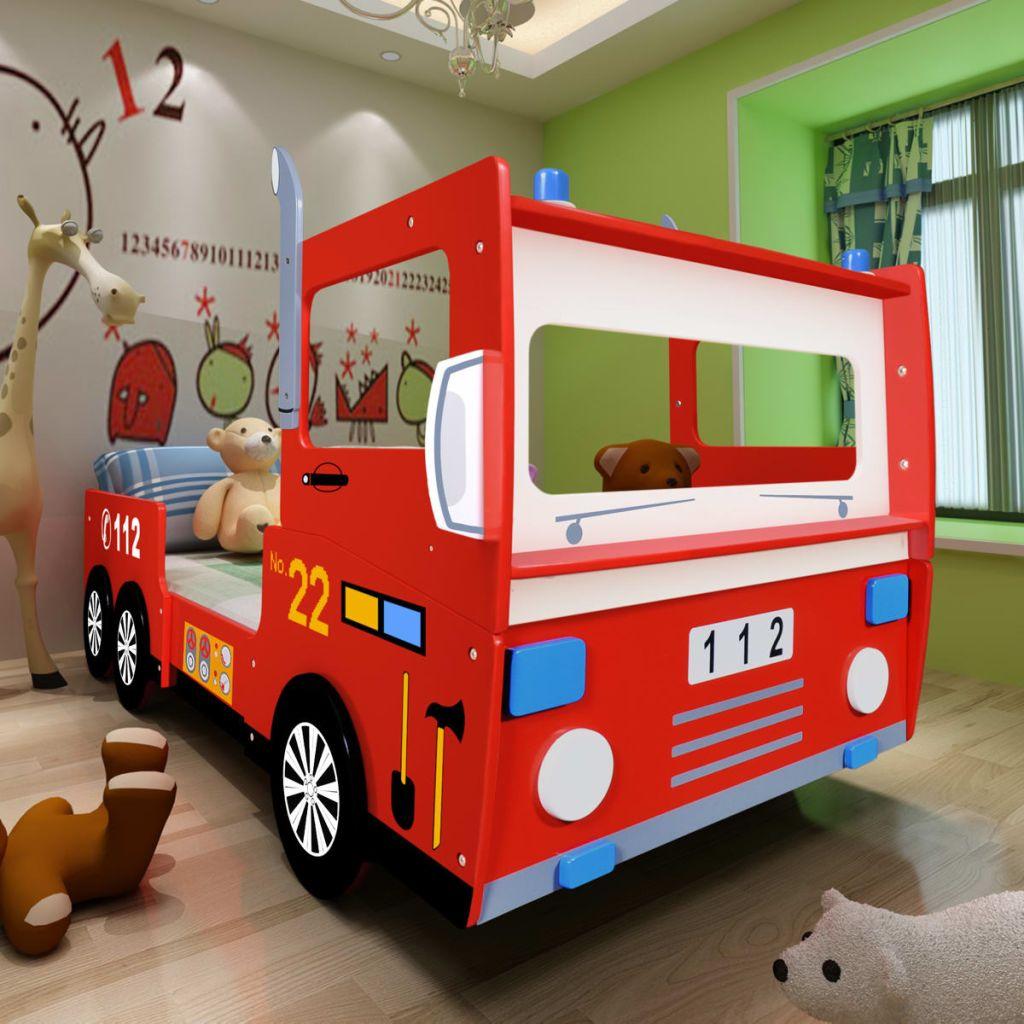 Ovaj interesantni dječji krevet izrađen je od kvalitetnog MDF-a u obliku vatrogasnog kamiona. S njime će Vaši najmlađi uživati i udobnost i zabavu. Omogućite svome djetetu da se osjeća kao heroj. Ograda s obje strane kreveta jamči sigurnost Vašem mališanu čak i tokom nemirnog sna. Dodatna polica s prednje strane pogodna je za igračke